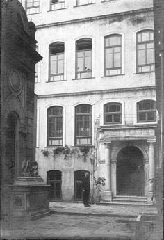 İstanbul Getronagan Ermeni Lisesi'nin girişi