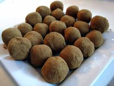 liquorice chocloate balls - in Danish - need to try these for my Lakris loving Norwegian! Homemade Sweets, Homemade Candies, Candy Recipes, Dog Food Recipes, Star Cakes, Scandinavian Food, Danish Food, Christmas Sweets, Creative Cakes