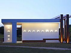 No verão, todo mundo quer aproveitar a área externa, não é? Para criar aquele climinha gostoso no final do dia, invista em luminárias de foco indireto. Nesse projeto, as peças do modelo Div parecem se fundir na parede, criando um efeito elegante e discreto.  Ambiente: Cristina Menezes #lalampe #iluminação #design #projetodeiluminação