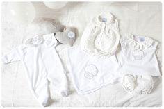 Para este año hemos diseñado ropa en tonos muy claros, predomina el blanco, gris, plata y beige. Nos encantan los lunares y tenemos una ranita de tela de piqué con lunares color plata monísima. También tenemos unos conjuntos de camiseta y cubrepañal con la misma tela.