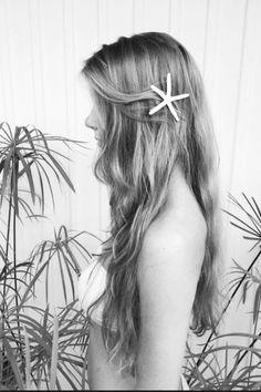 Mermaid hair (I like her hair accessory) I wanna dye my hair Hair Colorful, Coloured Hair, Dye My Hair, Beach Hair, Ocean Hair, Crazy Hair, Pretty Hairstyles, Scene Hairstyles, Mermaid Hairstyles