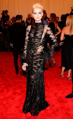 Met Gala alfombra roja Punk Chaos to Couture - Anne Hathaway