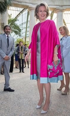 20 April Queen Mathilde of Belgium went bright pink for an event in the Royal Greenhouses of Laeken. Her floral envelope clutch was the perfect botanical touch. Abaya Fashion, Kimono Fashion, Fashion Dresses, Iranian Women Fashion, African Fashion, Womens Fashion, Classy Outfits, Cool Outfits, Style Royal