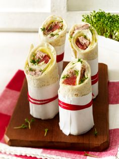 Gefüllte Wraps: 15 gesunde Rezepte Wraps are not only incredibly delicious and wonderfully healthy, but also rolled up quickly. 15 healthy wrap recipes for connoisseurs. Wrap Recipes, Snack Recipes, Cooking Recipes, Healthy Recipes, Party Finger Foods, Snacks Für Party, Healthy Wraps, Lunch To Go, Wrap Sandwiches