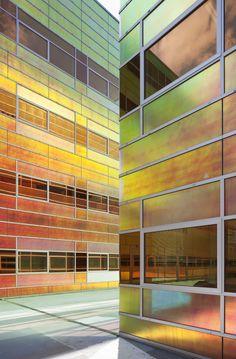 Facade glazing that incorporates a dichroic film. Architecture Design, Facade Design, Amazing Architecture, Building Facade, Building Design, Bar Restaurant, Glass Facades, Famous Architects, Built Environment