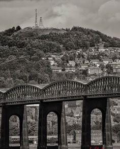 Dundee railway bridge with the Law ( hill) monument in the background .