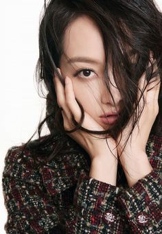 Victoria Song, the leader of f(x), showed glamorous winter looks in the September issue of Chinese magazine Ok! The star looked stunning in Chanel ensembles from the brand's 2015 Fall Ready-To-Wear collection. Victoria Fx, Victoria Models, Victoria Song, Mamamoo, South Korean Girls, Korean Girl Groups, Lee Hi, Song Qian, Chanel 2015