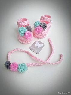 Este es un regalo fantástico para cumpleaños, bautismo o babyshower. Crochet bebé sandalias y diadema conjunto crochet con hilado de acrílico suave bebé. Tamaños disponibles para los zapatos: 0 – 3 meses: 8/ 9 cm (3-3,5 L) 3 – 6:00 cm (4 L) 6 – 9:00 cm (4,3 L) 9 – 12:00 cm (4,7 L)