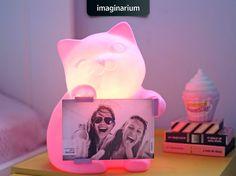 Hey, eu acho que eu vi um gatinho, uma luminária e um porta-retrato! Isso mesmo, são 3 fofuras em 1 só. Vem ver os detalhes da Luminária Porta-Retrato Gatinha lá no blog: http://goo.gl/tw2Xkc