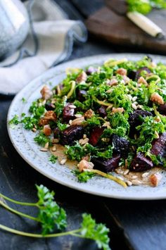 A healthy kale salad with beets and sunflower seed butter. A perfect light meal full of fibres and healthy fat that will keep you satisfied for a long time. Baked Beetroot, Nordic Kitchen, Dried Figs, Vegetarian Paleo, Vegan, Beet Salad, Meatless Monday, Light Recipes, Food Inspiration