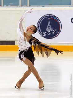 This skate dress uses chiffon/georgette in a manner that creates a great feather-alternative. However, the overall design is so complicated it is difficult to decide what is the main focal point. Figure Skating Outfits, Figure Skating Costumes, Figure Skating Dresses, Roller Skating, Roller Derby, Gym Leotards, Ballet Boys, Country Dance, Skate Wear