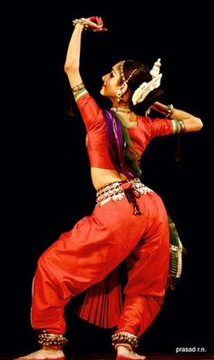 Indian classical and folk dance are full of emotion and grace. Documented Indian dance was found in archeological artifacts which dates bac. Isadora Duncan, Indian Bridal Photos, Costumes Around The World, Indian Classical Dance, Dance Paintings, Saree Photoshoot, Pin Up, Folk Dance, Dance Poses