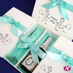 Kit de taças e mini espumante personalizado direto da @rosa_pittanga para os padrinhosModelo branco com nome e desenho dos noivos e detalhes na cor azul tiffany. Pede o seu também.  Orçamento  http://ift.tt/2e5MCrt contato@rosapittanga.com.br ou no instagram @rosa_pittanga Eles entregam em todo Brasil!  #rosapittanga #chinelospersonalizados #kittaças #minicachaça #lembrancinhadecasamento #lembrancinhas #kittaças #taças #taçaspersonalizadas#lembrançadecasamento #design #casamento #wedding…