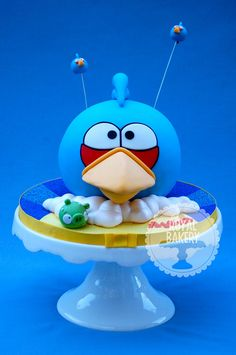 Big blue Angry Bird with his two little cohorts. The wires are inserted into tiny stirrer straws, not directly into the cake.