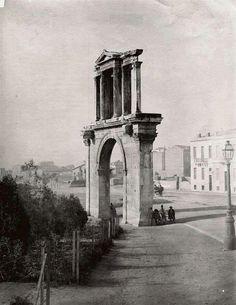 Πυλη Ανδριανου Athens. Η Πύλη του Αδριανού είναι Ρωμαϊκή αψίδα στην Αθήνα. Δίνει πρόσβαση στο Ναό του Ολυμπίου Διός και κτίστηκε προς τιμή του Αδριανού στα πλαίσια της διαμονής του στην Αθήνα το έτος 131μ.Χ και για τα πολεοδομικά έργα που έκανε και διεύρυνε την Αθήνα. Η Πύλη είναι κορινθιακού ρυθμού, ενώ καινοτομεί αρχιτεκτονικά διότι συνδυάζει την Ρωμαϊκή αψίδα με το Ελληνικό αέτωμα. Μαζί με τους Αέρηδες και το μνημείο του Λυσικράτη ήταν ένα από τα αξιοθέατα των Αθηνών στην αρχαιότητα.