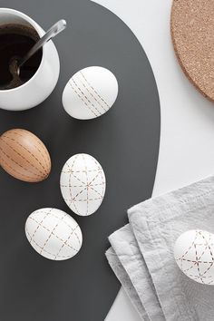 And to wish you all a happy holiday, I share this simple DIY project of decorating Easter eggs that, if Toddler Arts And Crafts, Arts And Crafts For Adults, Crafts For Teens To Make, Diy Osterschmuck, Easy Diy Crafts, Easter Egg Designs, Diy Easter Decorations, Diy Ostern, Ideias Diy