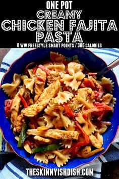 8 points - This One Pot Creamy Chicken Fajita Pasta is bursting at the seams with classic sizzlin' chicken fajita flavor. Combining pasta, cheese, chicken, peppers and onions all in one pot make this wonderful for any night of the week! Healthy Pasta Recipes, Ww Recipes, Chicken Recipes, Cooking Recipes, Skillet Recipes, Pizza Recipes, Cooking Gadgets, Skinnytaste Recipes, Dinner Recipes
