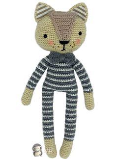 Patrón gratuito para realizar a Lucrecio, un elegante gatito con pajarita de lazo.