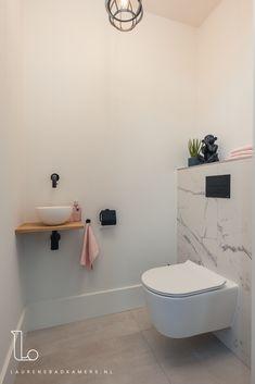 Tuscan Bathroom, Bathroom Interior, Modern Bathroom, Bathroom Marble, Bad Inspiration, Bathroom Inspiration, Log Cabin Exterior, Toilet Tiles, Frameless Shower Doors
