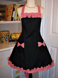 Sophisticated Country Girl Apron via Cathy Jackson Vintage Apron Pattern, Retro Apron, Aprons Vintage, Apron Patterns, Pink Apron, Sewing Hacks, Sewing Projects, Apron Designs, Cute Aprons
