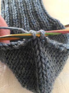 Hjemmelaget: Sokker med gammaldags hælfelling. ( oppskrift) Knit Slippers Free Pattern, Knitted Slippers, Hand Knitted Sweaters, Knitted Shawls, Baby Knitting Patterns, Knitting Socks, Hand Knitting, Handmade Crafts, Diy And Crafts