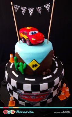 #MiercolesDeGaleria Cars Divertido pastel con este emblemático tema. Personalízalo con tu personaje favorito y tu nombre. #catalogoRICORDO #pastel #fondant #fondantcake #cars #carsdisney #disney #disneycars Lightning McQueen Cars Disney Disney Channel Latinoamérica