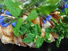 saumon belle vue au lard fleurs de coucou des bois (comestible) http://saveursdubois.com/buffets/buffets-francais-campagnards/buffet-regional.html