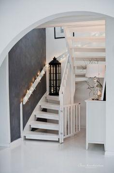 białe schody we wnętrzach,drewniane biale schody,białe ażurowe schody,białe schody przy czarnej ścianie w korytarzu,pomysl na schody w biały...
