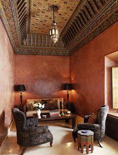 Stunning marriage of zouaki and tadelakt in a riad salon. Moroccan Theme, Moroccan Design, Moroccan Style, Ethnic Style, Kitchen Interior, Interior And Exterior, Interior Design, Spanish Colonial Decor, Tadelakt