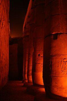 Caverna com marcas nas paredes deixadas pelos antepassados egípcios...!