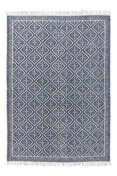 Bomullsmatta med tryckt mönster i snygg tvättad look. Stl 170x240 cm. För ökad säkerhet och komfort, använd halkskyddsmatta som håller din matta på plats. Halkskyddsmattan finns i flera olika storlekar.