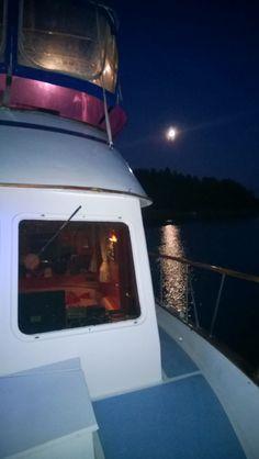 Hopeinen kuu, luo merelle siltaa...