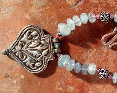 EdelEdelsteinSchmuck auf Etsy Beaded Bracelets, Charmed, Vintage, Etsy, Jewelry, Fashion, Fashion Styles, Gems Jewelry, Rhinestones