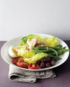 This super-quick version of this time-honored favorite can be ready in only 20 minutes. Canned tuna mixed with vinaigrette tops Bibb lettuce, along with blanched green beans, hard-cooked eggs, plum tomatoes, and olives. Lunch Recipes, Salad Recipes, Cooking Recipes, Healthy Recipes, Healthy Meals, Healthy Food, Tailgating Recipes, Barbecue Recipes, Barbecue Sauce