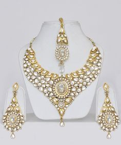 Bridal Kundan Jewellery Indian Set: Earrings and tikka yes! Indian Accessories, Indian Jewelry Sets, Bridal Accessories, Wedding Jewelry, Gold Jewelry, Jewellery Box, Jewlery, Jewelry Stand, Diamond Jewellery