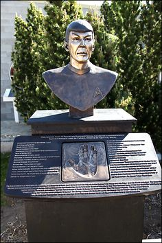 bronze bust of Spock, Leonard Nimoy, Vulcan, Alberta. I have to take my mother here this summer! Unusual Headstones, Old Cemeteries, Graveyards, Famous Tombstones, Star Trek Images, Star Trek Characters, Star Trek Original Series, Famous Graves, Star Trek Starships
