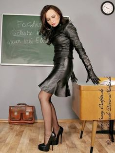Since I'm on crazy outfit, here is Nadja in leather skirt, leather top and leather gloves modelling for crazy outfit. Sexy Outfits, Crazy Outfits, Pretty Outfits, Leather Dresses, Leather Skirt, Sexy Rock, Leder Outfits, Stockings And Suspenders, Hot High Heels