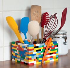 Montar um porta utensílios com peças de Lego é um jeito divertido de injetar uma dose de cor e humor à cozinha. Para deixar tudo mais organizado faça divisórias com os próprios bloquinhos. Produção de Ellen Annora