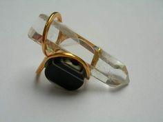 Jean VENDOME - Bague d'auriculaire en or jaune sertie d'un quartz et d'une plaque ronde d'onyx rudico.