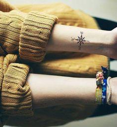 Idées de tatouages pour le poignet : une boussole