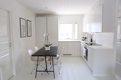 Homevialaura modern white kitchen after renovation hth Small Apartment Decorating, Kitchen Flooring, House Interior, White Modern Kitchen, Kitchen Furniture Design, Home Kitchens, Dining Table Chairs, Minimalist Home, Kitchen Design