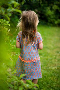 der knallige Stoff ist von Cherry Picking Swafing. Das Kleid ist eine Alma von Hedi Näht! Nähen macht Spaß!
