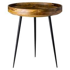 Conçue+par+Ayush+Kasliwal+pour+Mater,+la+table+d'appoint+Bowl+est+fabriquée+à+la+main+par+les+artisans+du+commerce+équitable+à+Jaipur,+en+Inde.+Elle+est+composée+d'un+plateau+en+bois+de+manguier+naturel+récolté+de+façon+durable,+ce+plateau+est+soutenu+par+une+piètement+en+acier…
