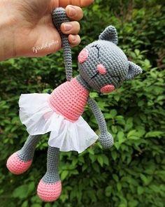 Вязаная игрушка кошка балерина амигуруми крючком