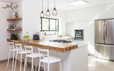 In Boston and beyond, timeless kitchen trends such as neutral colors and shaker cabinets are always a win with both homeowners, developers and builders. Kitchen Trends 2018, Kitchen Color Trends, Kitchen Colors, Farmhouse Kitchen Lighting, Modern Farmhouse Kitchens, Cool Kitchens, Farmhouse Ideas, Refacing Kitchen Cabinets, Kitchen Countertops