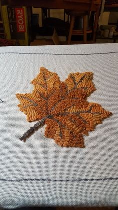 Leaf with veining and color bariation Rug Hooking Designs, Rug Hooking Patterns, Punch Needle Patterns, Rug Inspiration, Hand Hooked Rugs, Hand Applique, Braided Rugs, Penny Rugs, Crafty Projects