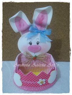Confeccionada em e.a forrada com tecido. Bunny Crafts, Easter Crafts, Holiday Crafts, Handmade Crafts, Diy And Crafts, Fairy Lamp, Diy Hair Bows, Foam Crafts, Paper Gifts