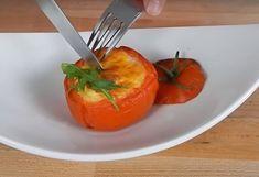 Nebavia vás už stereotypné raňajky a chceli by ste vyskúšať niečo nové? Dobrou voľbou môžu byť plnené paradajky s vajíčkom. Jednoduché a chutné.