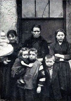 Poverty in towns, slum dwellers in Dublin, Ireland circa 1901 Old Pictures, Old Photos, Vintage Photos, Irish People, Irish Eyes Are Smiling, Dublin City, Dublin Street, Slums, Dublin Ireland