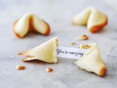 Zelf gelukskoekjes maken doe je met dit recept van 88 Food. De quotes voor in de gelukskoekjes hebben wij al gemaakt en hoef je alleen nog uit te printen.